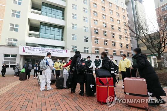 지난 24일 청주시 서원구 충북대 기숙사에 중국인 유학생들이 도착하고 있는 모습. 이들은 2주간 기숙사에서 격리 생활을 하게 된다. 연합뉴스