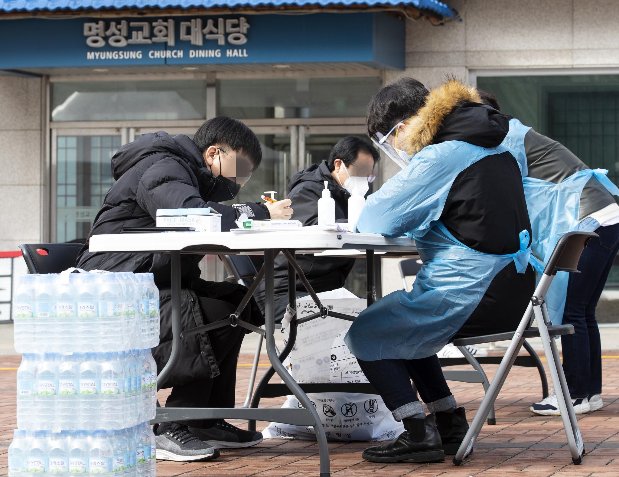 26일 오전 서울 명성교회 앞에 설치된 신종 코로나바이러스 감염증(코로나 19) 관련 선별진료소에서 시민들이 진료를 받고 있다. [연합뉴스]