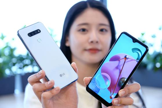 LG전자가 지난 26일 실속형 대화면 스마트폰 'LG Q51'을 출시했다. LG Q51은 6.5인치 크기 풀비전(FullVision) 디스플레이를 적용했으며 전면 카메라 영역을 물방울 모양으로 디자인해 몰입감을 높였다. 출고가는 31만9000원. [뉴스 1]