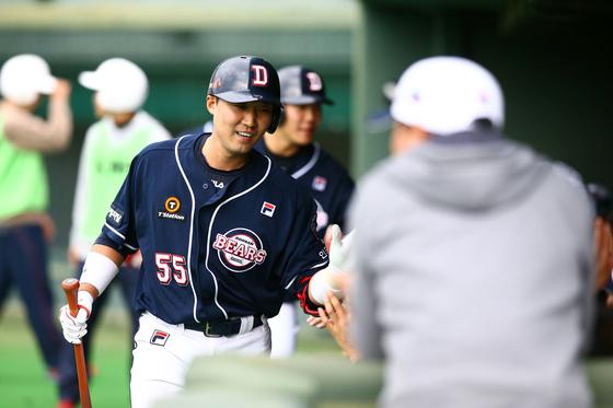 이흥련이 25일 미야자키 선마린 구장에서 열린 세이부전에서 역전 홈런을 치고 동료들과 기쁨을 나누고 있다. 두산 제공