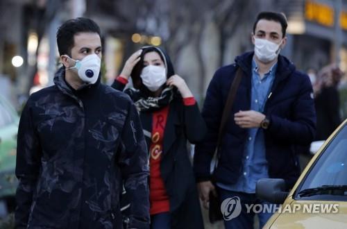 마스크를 쓰고 외출한 테헤란 시민. 이란 보건부 발표에 따르면 26일 기준 이란의 코로나19 확진자는 139명이다. [EPA=연합뉴스]