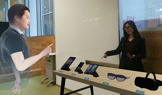 증강 현실(AR) 기술을 통해 아바타가 가상의 공간에서 만나 협업하는 장면. [사진 LG유플러스]