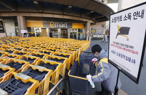 지난 3일 서울 노원구 이마트 월계점에서 업체 직원이 카트를 소독하고 있다. [이마트]