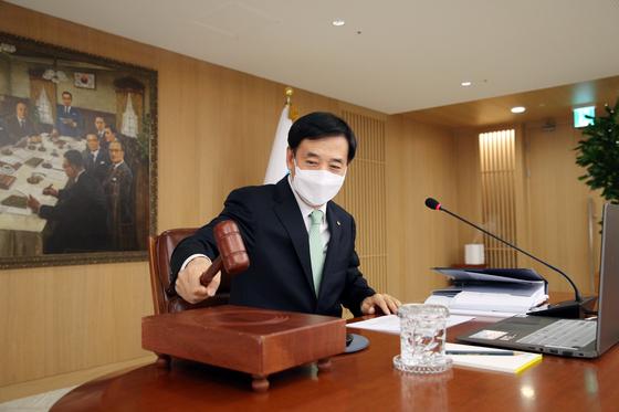 이주열 한국은행 총재가 27일 서울 중구 한국은행에서 열린 금융통화위원회에서 의사봉을 두드리고 있다. 한국은행 제공