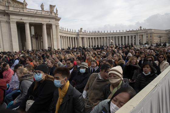 26일(현지시간) 바티칸 성베드로 광장에 일반 알현 행사를 위해 신자들이 모여있다. AP=연합뉴스