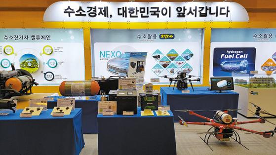 정부의 수소경제 활성화 로드맵이 발표된 울산시청 로비에 국내 수소 관련 제품들이 전시돼 있다.