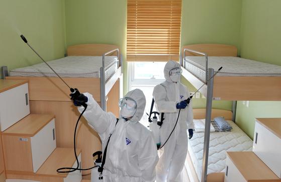 신종 코로나 바이러스 감염증(코로나19)이 전국적으로 확산하고 있는 가운데 대전 한남대 외국 유학생 기숙사에서 방역 관계자들이 방역작업을 하고 있다. 프리랜서 김성태