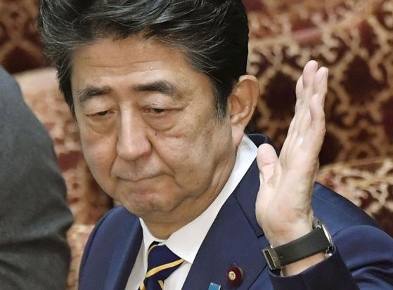 """아베 신조 일본 총리가 26일 일본 중의원에 출석해 의원들의 질문에 답하고 있다. 아베 총리는 이날 야당의원들로부터 """"신종 코로나에 대한 일본 정부의 대응이 너무 소극적""""이라는 질책을 받았다. [AP=연합뉴스]"""