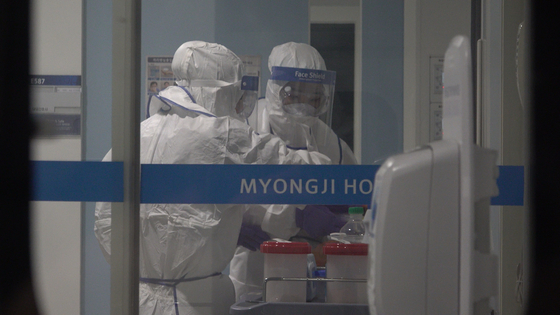 지난 1월 오후 고양시 명지병원 격리음압병동에서 방호복을 입은 의료진이 신종 코로나 바이러스 감염 의심환자의 시료를 다루고 있다. 공성룡 기자