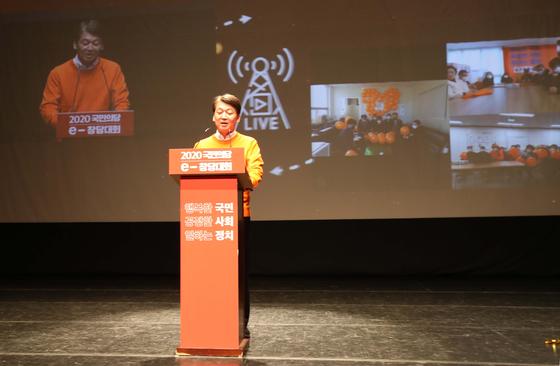 국민의당 '2020 국민의당 e-창당대회'가 23일 서울 삼성동 서울종합예술학교 SAC아트홀에서 열렸다. 안철수 대표의 발언 모습을 전국 각 지역 당협위에서 유튜브를 통해 지켜보고 있다. 오종택 기자