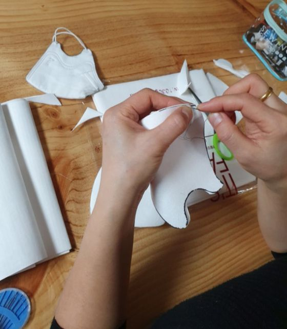 블로거 오승명씨의 아내가 가족을 위한 마스크를 직접 만들고 있는 모습. 사진 오승명씨 제공