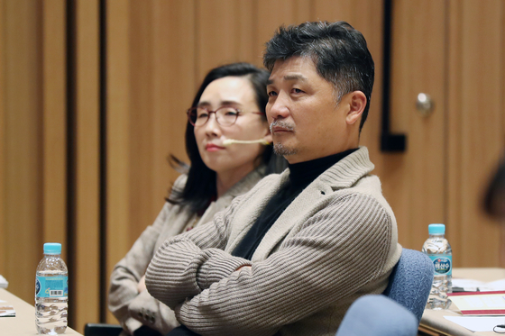 지난해 11월 28일 김범수 카카오 의장이 서울 영등포구 여의도 The-K 한국교직원공제회에서 열린 '미래를 여는 시간-사람을 살리는 교육' 교육혁신포럼에서 영화 '벌새'의 김보라 감독 특강을 듣고 있다.〈br〉〈br〉[뉴스1]