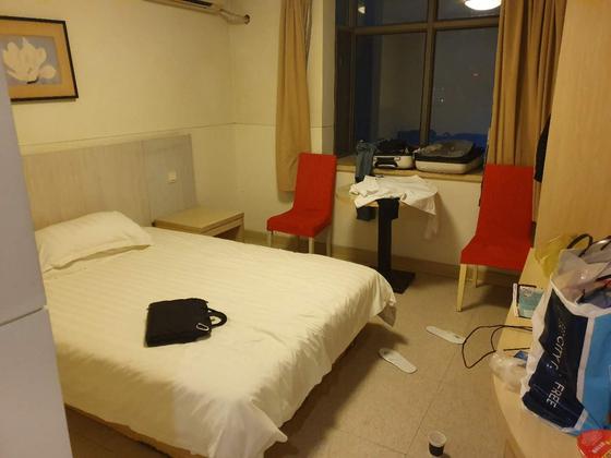 지난 25일(현지시간) 아시아나 OZ349편을 타고 난징공항에 내렸다가 현지 당국에 의해 강제격리 당한 한국인이 쓰고 있는 호텔의 객실. 연합뉴스