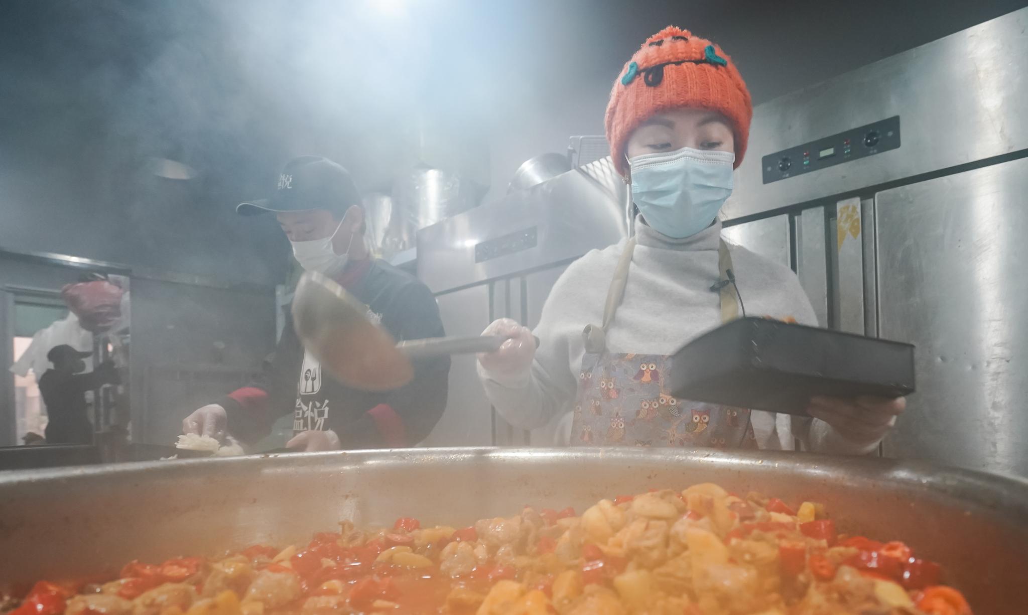 류씨가 26일(현지시간) 중국 후베이성 우한에서 의료진과 자원봉사자들에게 전달할 도시락을 준비하고 있다. [신화=연합뉴스]