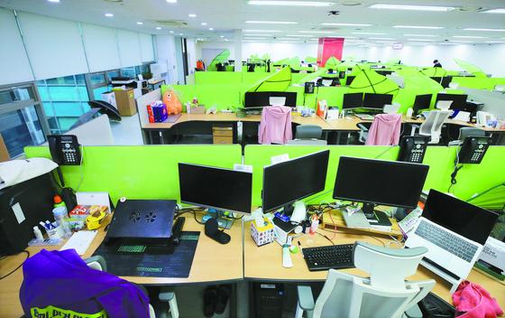 유통업체 티몬은 신종 코로나 확산에 따라 26일부터 사흘간 전 직원이 재택근무를 한다. 서울 강남구 티몬 본사 직원들의 자리가 비어있다. [뉴스1]