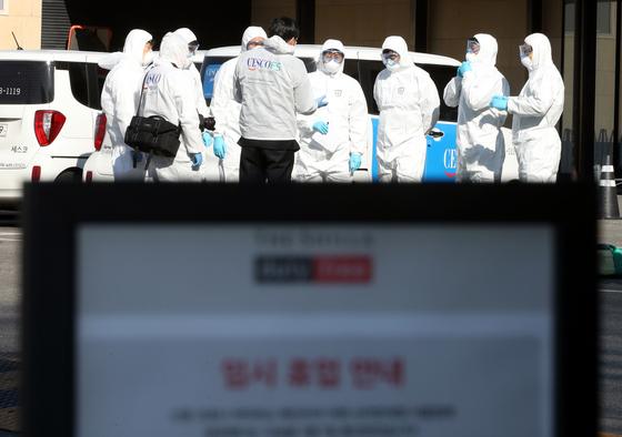 코로나19 확진자가 방문했던 서울 중구 장충동 신라면세점이 휴점하고 방역을 실시했다. 뉴스1