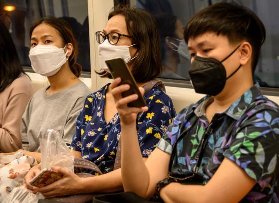 25일(현지시간) 방콕 시내 지하철에서 마스크를 쓴 승객들.[AFP=연합뉴스]