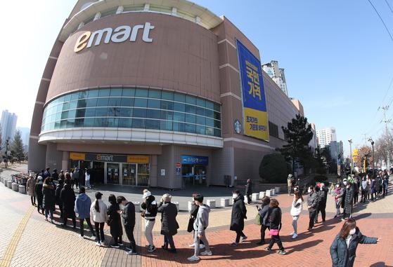 지난 24일 이마트 경산점에서 시민들이 마스크를 구입하기 위해 기다리고 있다. [뉴스1]