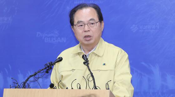 오거돈 시장이 지난 22일 코로나19 확진자 발생에 따른 기자회견을 하고 있다. 송봉근 기자