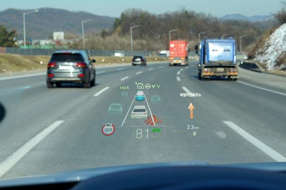 현대모비스가 최근 개발해 양산에 들어간 12인치 헤드업 디스플레이(HUD)를 장착한 차량이 도로를 달리고 있다. 사진 현대모비스