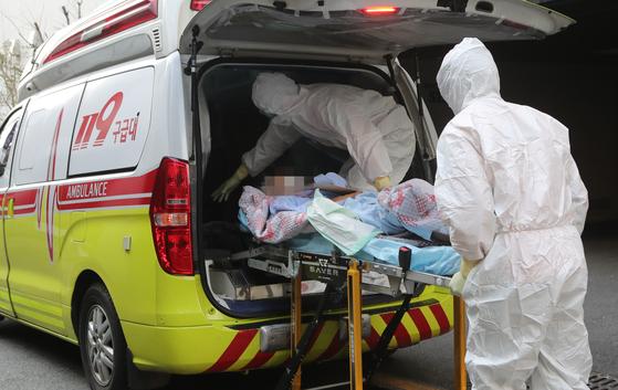 26일 부산소방본부 소속 119구급대원들이 부산 연산동 아시아드요양병원 환자들을 부산의료원으로 이송하고 있다. 송봉근 기자