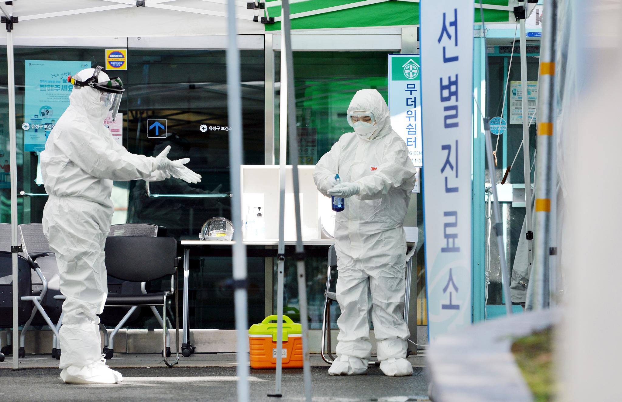 신종 코로나 바이러스 감염증(코로나19)이 전국적으로 확산하는 가운데 26일 대전 유성구보건소 선별진료소에서 의료진들이 보호복과 마스크 등 보호장구를 착용하고 분주하게 움직이고 있다. 프리랜서 김성태