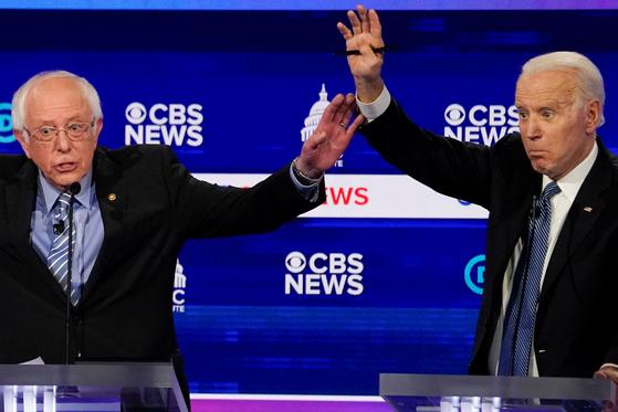 조 바이든 전 미국 부통령(오른쪽)이 지난 25일 사우스캐롤라이나 찰스턴에서 민주당 TV 경선토론에서 현재 선두주자인 버니 샌더스 상원의원이 과거 총기규제 법안에 거듭 반대했고, 쿠바 카스트로 정권을 칭찬했다며 공세를 폈다.[로이터=연합뉴스]