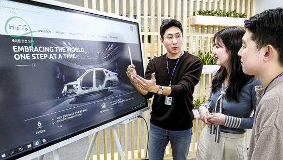 현대제철은 최근 자동차 전문 솔루션 브랜드 'H-SOLUTION' 전용 홈페이지와 앱을 개설해 응용 기술 정보와 서비스를 제공하고 있다. [사진 현대제철]
