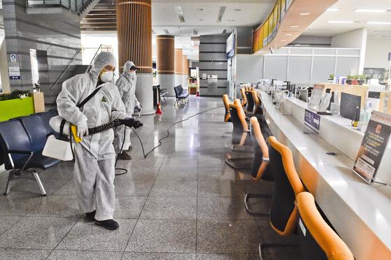 강원 원주시가 코로나19의 지역 내 감염 확산을 막기 위해 지난 23일 청사 방역 소독을 하고 있다. [연합뉴스]