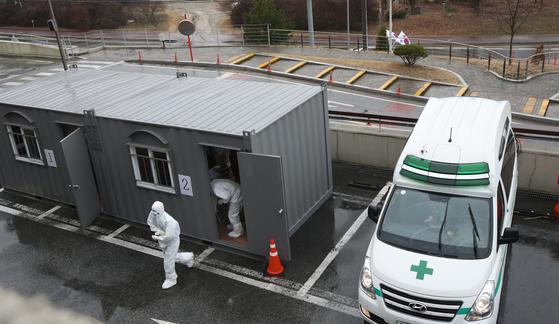 28일 충남 천안시 동남구 천안의료원 코로나19 선별진료소.의료진이 바쁘게 움직이고 있다. [연합뉴스]