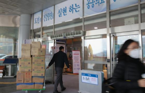 28일 오후 충남 천안의료원이 코로나19 경증환자 치료를 위한 병원으로 지정된 가운데 의료물품들이 병원으로 반입되고 있다. [연합뉴스]
