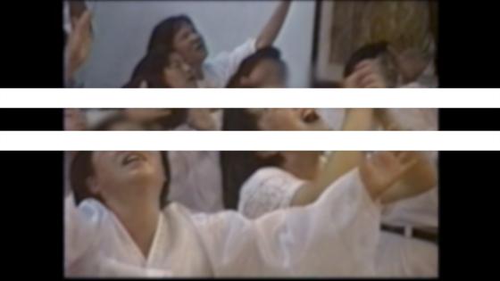 1992년 휴거설을 믿고 부흥 예배를 드리는 다미선교회 신도들. 영상 속 흰색 가로줄은 김기조 미술감독이 기존 모자이크 기법을 대신해 초상권 보호를 하면서 이번 다큐의 정체성을 드러내 호평받았다. [사진 KBS]