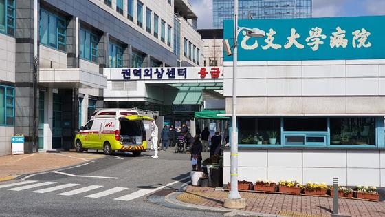 27일 오전 대전시 서구 을지대병원에 마련된 선별진료소 앞에 코로나19 검사를 받으려는 시민들이 길게 줄을 서 있다. 신진호 기자