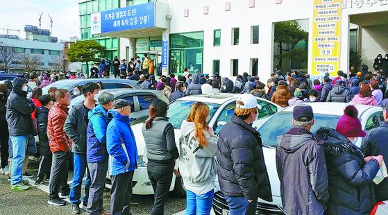강원도 강릉시가 마스크를 긴급 보급한 27일 교1동 주민자치센터 앞에 시민 수백 명이 몰려 있다. [연합뉴스]