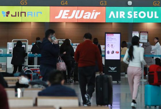 신종 코로나바이러스 감염증 확산으로 한국과 중국을 오가는 국적 항공사 노선 절반이 문을 닫은 가운데 홍콩과 마카오로도 운항 중단이 확대되고 있다. 사진은 지난 6일 오후 인천국제공항 1터미널 저비용항공사(LCC) 셀프수하물 수속 카운터. [연합뉴스]