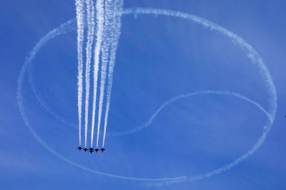 공군 특수비행팀 '블랙이글스'가 종로구 광화문 상공에 태극기를 그리고 있다. 뉴시스