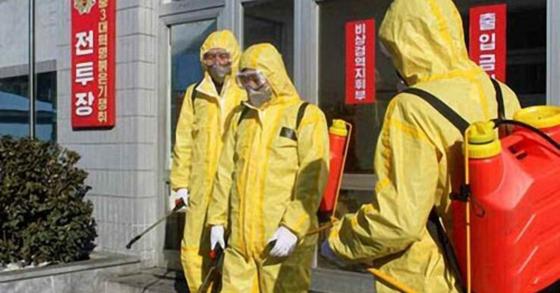 북한 방역당국 직원들이 지난 7일 북한 남포수출입검사검역소 인근에서 코로나19 소독작업을 진행하고 있다. 연합뉴스