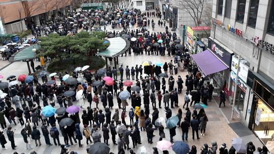 28일 서울 양천구 목동 행복한백화점에서 시민들이 마스크를 구매하기 위해 길게 줄지어 서 있다.[뉴시스]