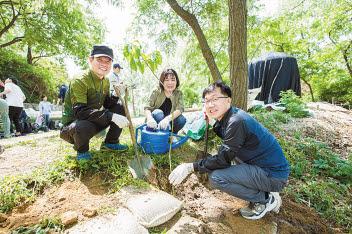 효성중공업은 지난해 5월 부품과 원자재를 공급하는 19개 협력사를 초청해 상생 간담회를 열고 서울 상암공원에서 나무심기 행사를 시행했다. [사진 효성그룹]