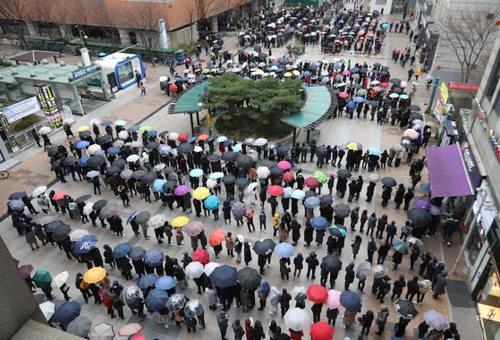 28일 서울 목동 행복한백화점 앞에 마스크를 사려는 시민들이 길게 줄을 서 있다. 연합뉴스