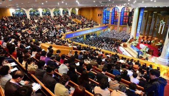 등록 교인수 8만 명의 대형교회인 광림교회에서 교인들이 예배를 보고 있다. 코로나19 사태에도 광림교회는 주일예배를 계속 진행한다는 방침이다. [중앙포토]
