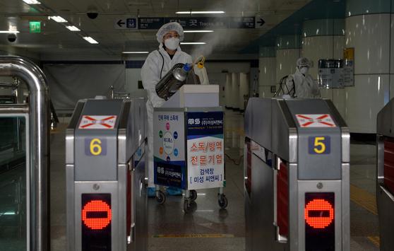 코로나 19확진자가 발생한 대전도시철도 월평역에서 방역작업이 진행중이다. 프리랜서 김성태
