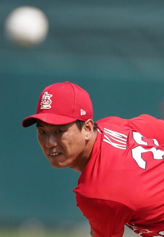 """김광현이 시범경기 첫 선발등판에서 2이닝 무실점했다. 그는 '몰리나는 역시 믿을 수 있는 포수""""라며 호투의 공을 돌렸다. [연합뉴스]"""