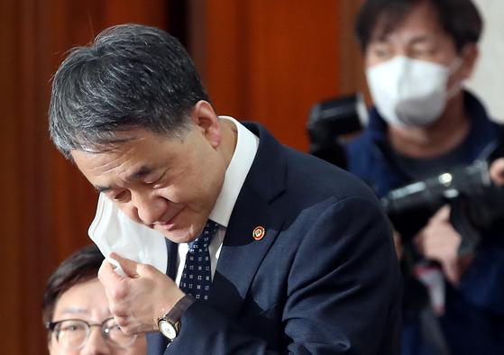 박능후 보건복지부 장관이 지난 25일 오전 서울 종로구 세종대로 정부서울청사에서 열린 제8회 국무회의에 참석, 자리에 앉으며 마스크를 벗고 있다. 뉴스1