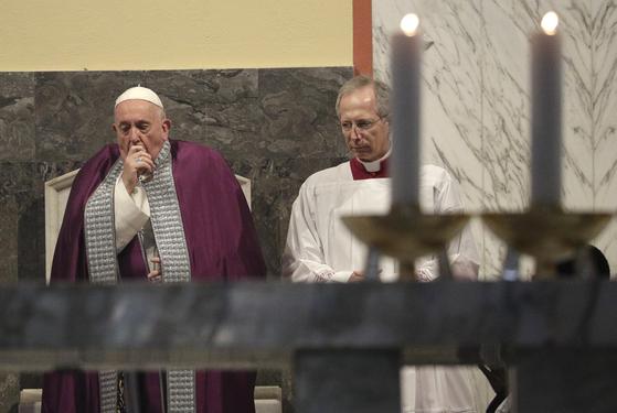 지난 26일 프란치스코 교황이 성 안셀모 성당에서 '재의 수요일 예식'을 집전하며 기침을 하고 있다. [AP=연합뉴스]