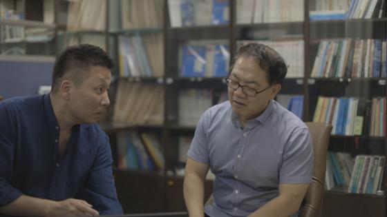 KBS 다큐 '모던코리아-휴거' 편을 연출한 임종윤 PD(왼쪽)가 당시 휴거 종말론을 취재했던 장운철 목사를 인터뷰하고 있다. [사진 KBS]