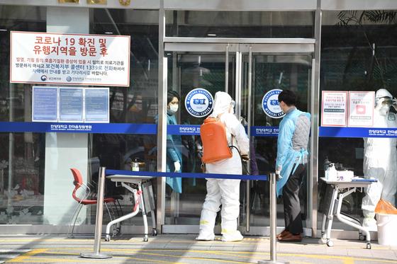 지난 22일 코로나 19 확진자 발생으로 페쇄에 들어간 창원시 성산구 한마음병원에 질병관리본부 방역단이 들어가고 있다. 중앙포토