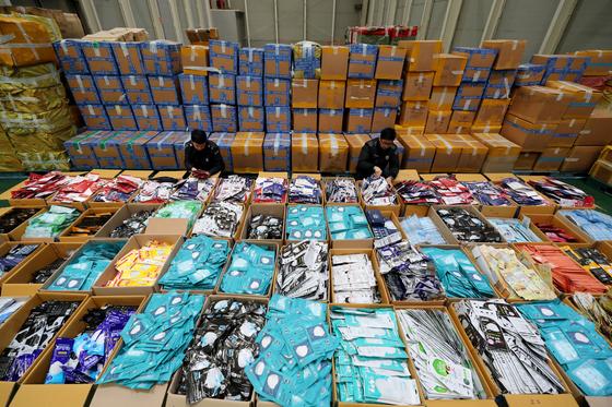 지난 13일 오전 인천본부세관 창고에 압수된 보건용 마스크가 보관되어 있다. 뉴스1