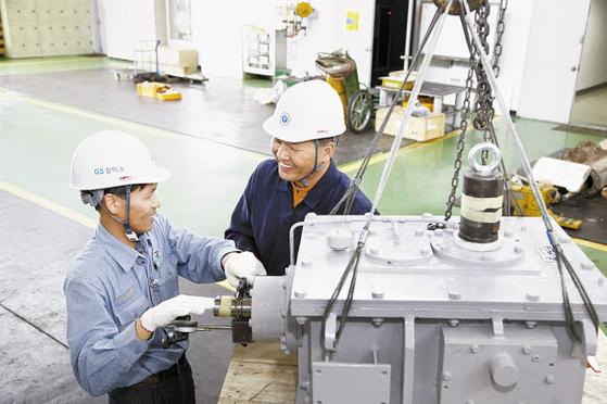 GS칼텍스는 협력사와 함께 지속가능한 성장을 추구하고 있다. 사진은 GS칼텍스 직원과 협력업체 직원이 함께 생산현장을 둘러보는 모습. [사진 GS칼텍스]