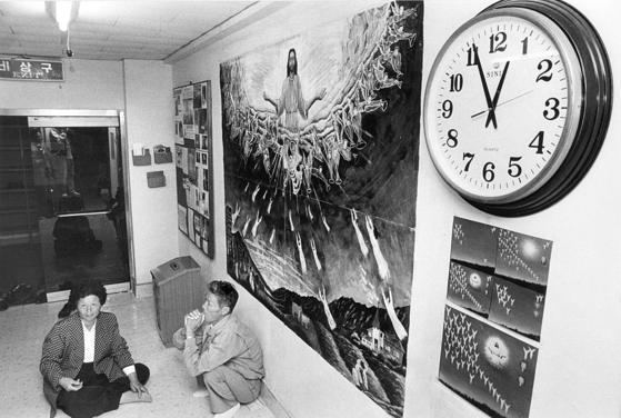 1992년 10월 28일 자정이 지나도 휴거가 일어나지 않자 허탈해진 일부 신자들이 자리를 뜨지 못하고 있다. [중앙포토]